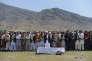Des Afghans rendent hommage, lors d'une oraison funèbre, à l'une des victimes de l'attentat-suicide perpétré mardi 19 avril à Kaboul, la capitale.