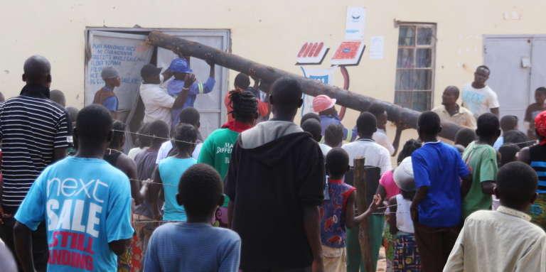 Des manifestants lors des violences xénophobes qui se déroulent depuis le 18avril dans un bidonville de Lusaka, la capitale de la Zambie.