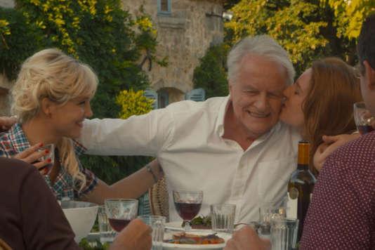"""Bérengère Krief, André Dussollier et Julia Piaton dans le film français de François Desagnat, """"Adopte un veuf""""."""
