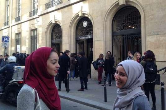A droite, une étudiante de Sciences Po qui porte le voile tous les jours. A gauche, une autre qui en a revêtu un en solidarité, lors du Hijab Day, le 20avril.