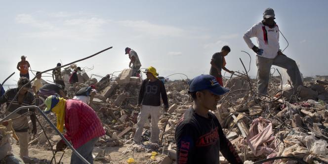 Des habitants de Manta, une des villes les plus ravagées par le séisme en Equateur, recherchent des objets pouvant être sauvés.