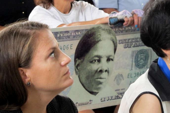 Le 31 août, une femme porte une pancarte pour montrer son soutien à l'apparition de Harriet Tubman sur les billets américains.