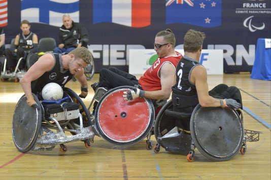 Christophe Salegui aux prises avec deux Néo-Zélandais.