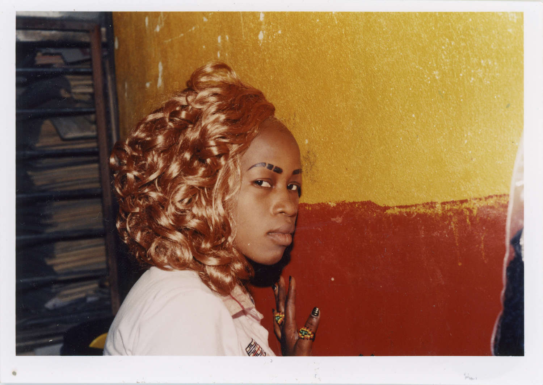 Emilie Regnier, «Abidjan, Ivory Coast, Portrait ofAbiba Yalupé », «Hair», 2014. Les photographies decoiffes  réalisées dans les années1970 par le Nigérian J.D. 'Okhai Ojeikere ontinspiré cette  artiste d'origine canadienne  et haïtienne. Elle  livre desportraits de coquettes rencontrées dans les salons debeauté de Bamako ou d'Abidjan, influencées par lesstars de lapop américaine.