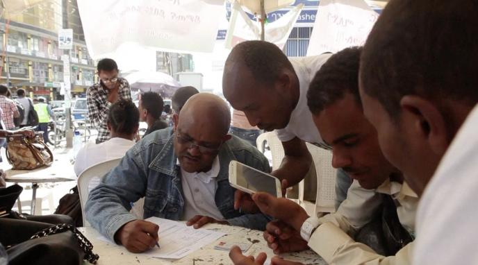 Des Zambiens souscrivent au service de paiement mobile M-Birr à Addis-Abeba.