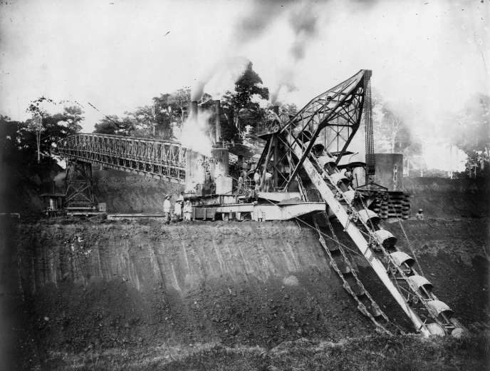 La construction du canal de Panama a commencé le 1er février 1881 sous la direction de l'ingénieur français Ferdinand de Lesseps, également constructeur du Canal de Suez.