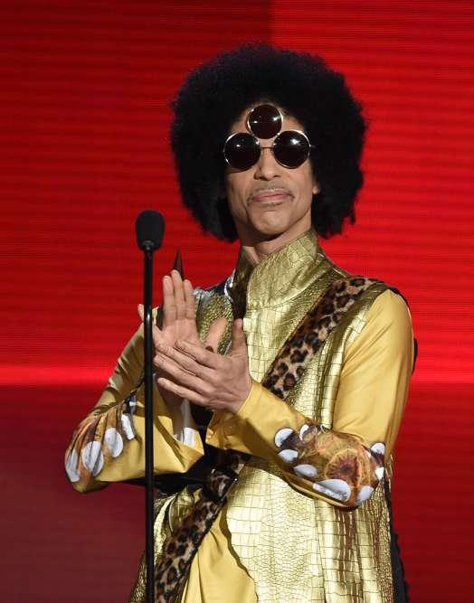 Costume doré et triple lunettes, lors des American Music Awards, en 2015, à Los Angeles.