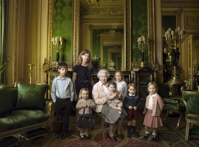 Elizabeth II pose avec ses petits-enfants et arrière-petits-enfants.