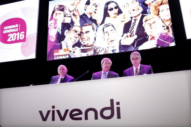 Vincent Bolloré (au centre) lors de l'assemblée générale du groupe, le 21 avril.