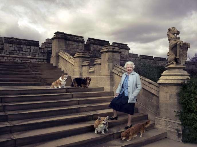 Une photo officielle diffusée par Buckingham Palace de la Reine Elizabeth II posant au chateau de Windsor en compagnie de quatre de ses chiens.