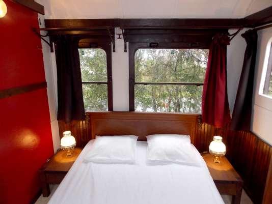 Une des chambres aménagées dans un wagon de 1928 au camping Le Haut Village, eb Loire-Atlantique.