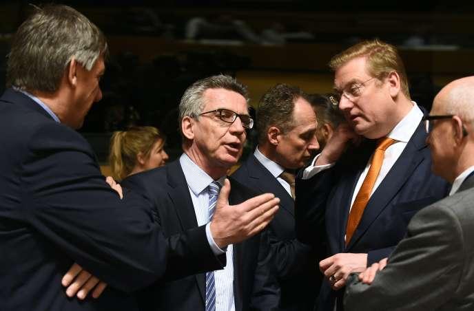 Le ministre de l'intérieur belge, Jan Jambon (à gauche), avec ses homologues allemand et néerlandais, Thomas de Maizière et Ard van der Steur, lors d'une réunion des ministres de l'intérieur et de la justice européens, le 21 avril 2016 à Luxembourg.