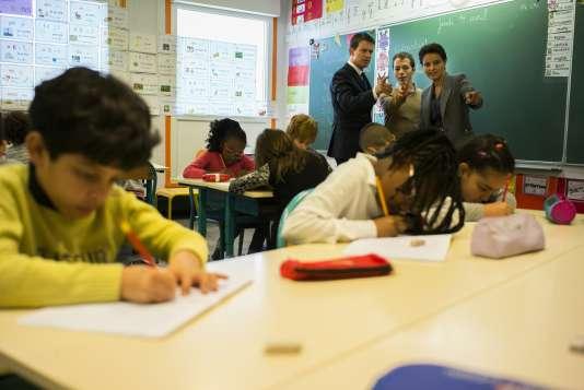 Le premier ministre et la ministre de l'éducation visitent une école à Mantes-La Jolie, à l'ouest de Paris, le 14 avril.
