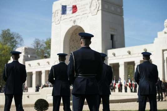 Des soldats, lors de l'hommage à l'escadrille La Fayette, mercredi 20 mars, à Marnes-la-Coquette (Hauts-de-Seine).