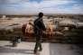 Un membre des YPG sur la ligne de front au sud d'Ain-Issa, le 25 novembre 2015.