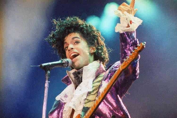 Prince à Inglewood (Californie), en 1985, un an après la sortie de l'album «Purple Rain». Le chanteur doit ce costume, devenu célèbre, à Marie France Drouin, une créatrice française. Elle lui avait suggéré de porter dentelles et chemises à jabot en s'inspirant des vêtements du XVIIIesiècle.