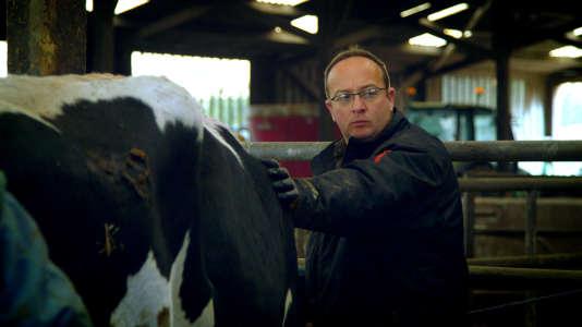 """Pour """"sauter le pas du bio"""", Yannick Bodin se forme aux techniques d'agroforesterie et de non-labour, pour préserver les sols."""