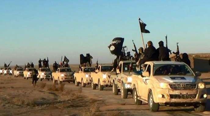 Photo publiée en ligne à l'été 2014 sur un réseau social identifié : un convoi de l'EI dans la région de Rakka (Syrie) en déplacement vers l'Irak.