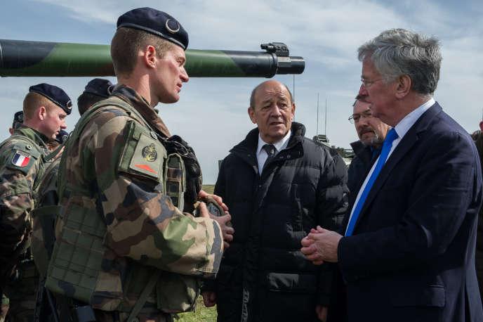 Jean-Yves Le Drian, le ministre de la défense, s'est rendu, jeudi, avec son homologue Michael Fallon sur le BPC Dixmude, au large de l'Angleterre.