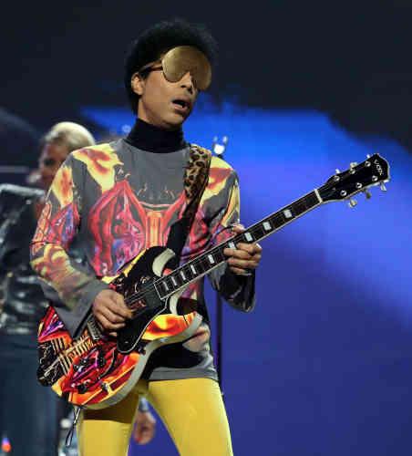 Prince arbore un masque doré lors d'un concert à Las Vegas en septembre2012.