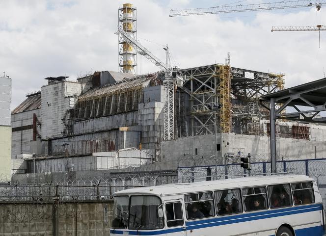 Le sarcophage couvrant le quatrième réacteur endommagé de la centrale nucléaire de Tchernobyl, en Ukraine (avril 2016).