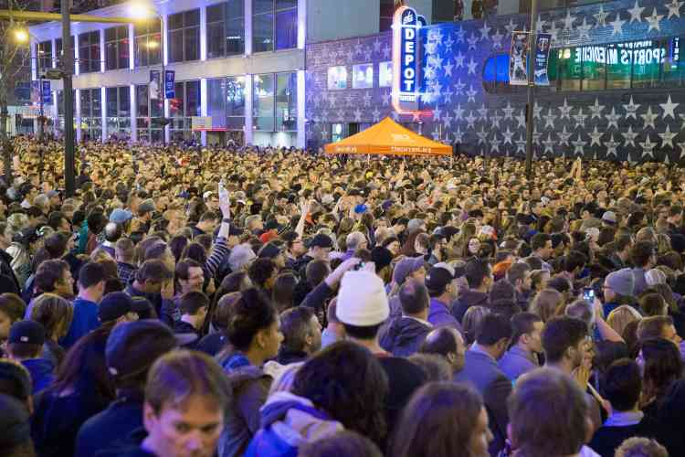 La foule écoute un morceau de Prince lors d'un rassemblement à sa mémoire, à Minneapolis, ville natale du chanteur.
