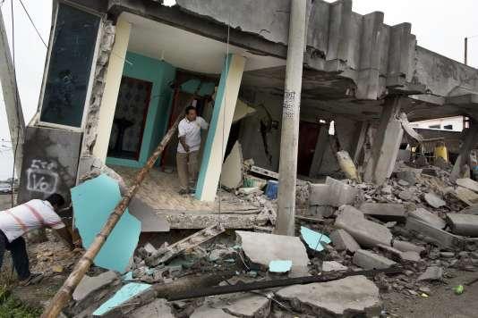 Plus de 7 000 bâtiments ont été détruits et plus de 26 000 personnes vivent dans des abris depuis le séisme dévastateur de samedi.