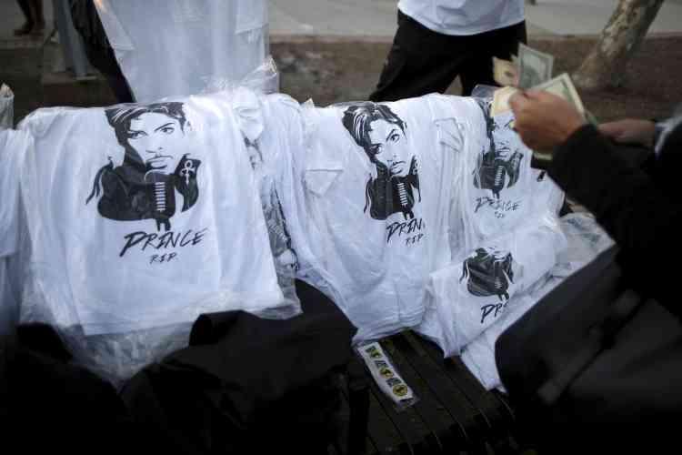 Vente de tee-shirts à l'effigie de l'artiste, à Los Angeles.