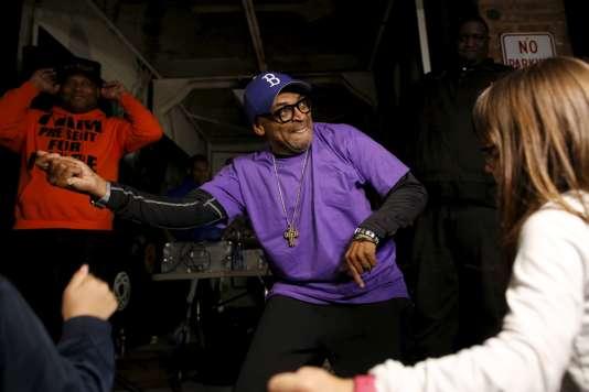 Le réalisateur Spike Lee danse en pleine rue de Brooklyn lors d'une soirée organisée en hommage à Prince, le 21 avril au soir.