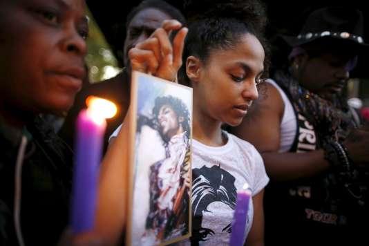Des fans rendent hommage à Prince, à Los Angeles.