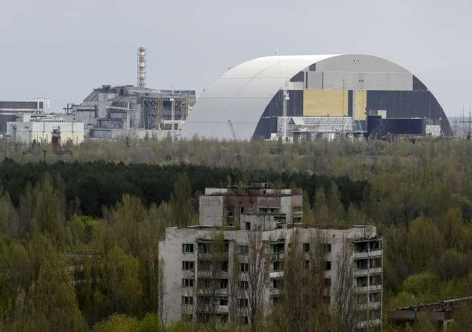 Une arche de confinement (à droite) de plus de 100mètres de hauteur est en cours de construction pour recouvrir le réacteur numéro 4 de la centrale de Tchernobyl (Ukraine), qui menace de s'effondrer.