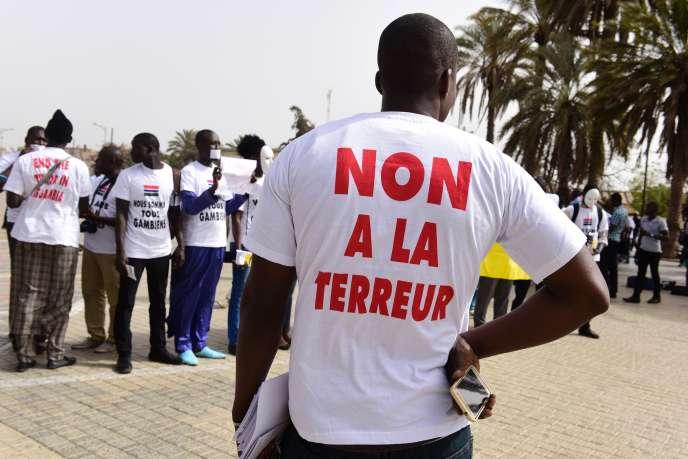 Manifestation de solidarité avec le peuple gambien, le 22 avril 2016 à Dakar.