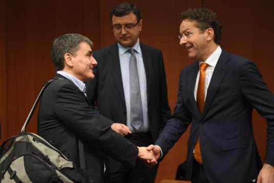 Le ministre des finances grec, Euclide Tsakalotos (à gauche) et le président de l'Eurogroupe, Jeroen Dijsselbloem, lors de l'Eurogroupe du 14 janvier, à Bruxelles.