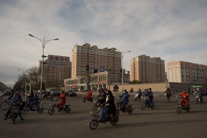 En Chine,«les ventes de voitures ont augmenté de près de 10 % en mars par rapport au même mois en 2015. Et les ventes au détail ont augmenté à un rythme annuel de 10 % au premier trimestre.Néanmoins, l'augmentation la plus spectaculaire concerne l'investissement» (Photo: Chinois se rendant au travail àJiayuguan).