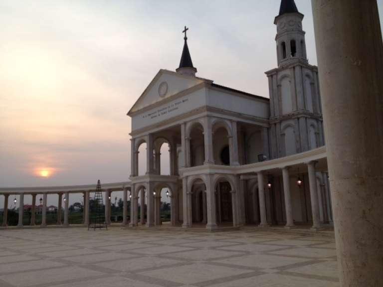 La cathédrale de Mongomo, en février 2015.