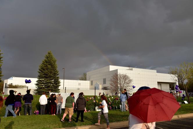 Devant Paisley Park dans le Minnesota, le 21 avril 2016.