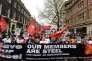 Lors d'une manifestation contre l'austérité à Londres, le 16 avril, des manifestants ont apporté leur soutien aux employés de Tata Steel après l'annonce par le groupe indien de la fermeture de ses usines au Royaume-Uni