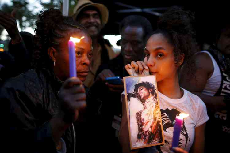 La foule rend hommage au chanteur, à Los Angeles.