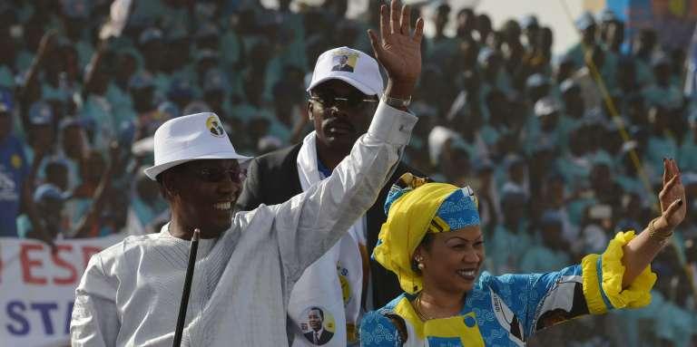 Idriss Déby et son épouse lors d'un meeting de campagne à N'Djamena, le 8 avril.