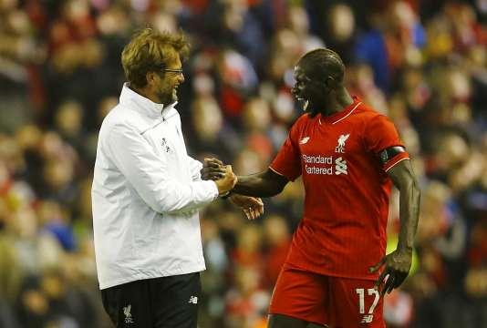 Mamadou Sakho et Jürgen Klopp a la fin d'une rencontre entre Liverpool et le Borussia Dortmund le 14 avril 2016.