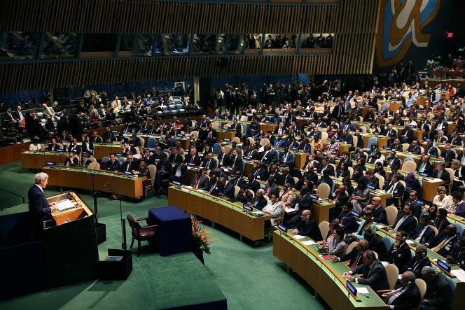 John Kerry lors de la cérémonie de signature de l'accord de Paris sur le changement climatique, au siège des Nations Unies à New-York le 22 avril 2016.