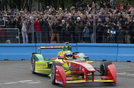 Entrée au paddock pour le pilote ABT Schaeffler Audi Sport, Lucas di Grassi, le 23 avril 2016 lors du premier ePrix de Paris.