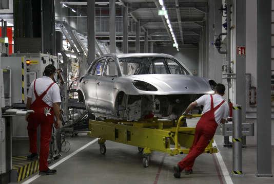 Des travailleurs dans l'usine de production de la Porsche Macan à Leipzig en février 2014. Ce modèle est concerné par des rappels « pour problèmes de gaz d'échappement ».