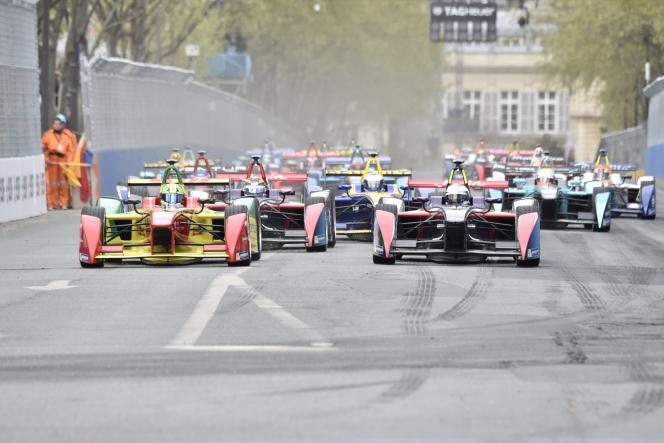 L'ABT Schaeffler Audi Sport du Brésilien Lucas Di Grassi (gauche) remporte le premier e-Prix de Paris, samedi 23 avril, aux Invalides.