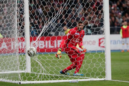 Salvatore Sirigu regarde le ballon entrer dans ses filets après un coup franc du Lillois Sidibé.