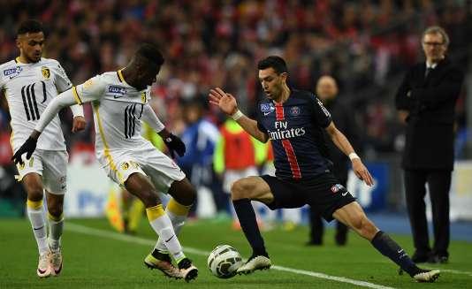 Javier Pastore dans un de ses dribbles lors de la finale de Coupe de la Ligue face à Lille.
