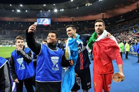 Javier Pastore et Salvatore Sirigu après la victoire en finale de la Coupe de la Ligue face à Lille (2-1) au Stade de France.