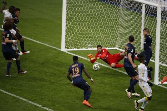 Salvatore Sirigu réalise un arrêt lors de la finale de la Coupe de la Ligue.