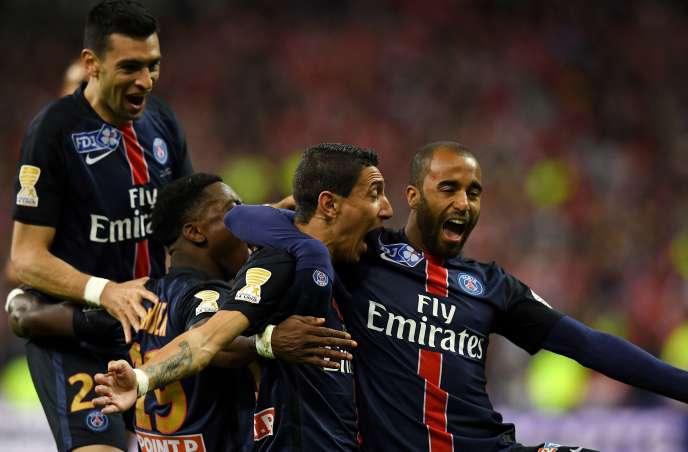 Angel Di Maria félicité par ses coéquipiers après avoir marqué le but de la victoire.