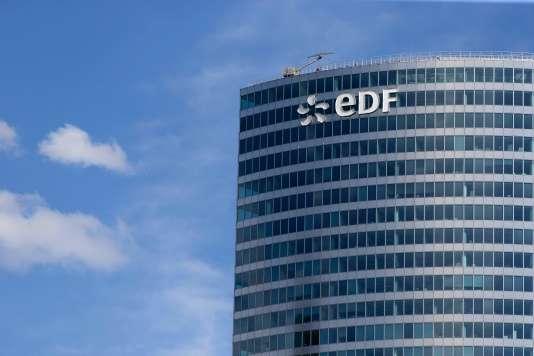 « EDF coule », avaient, entre autres, tracé les quatre prévenus sur les vitres du siège d'EDF, à Paris, en novembre 2016. Leur action s'inscrivait dans le cadre de la campagne menée par Greenpeace France pour dénoncer la politique et l'état des finances du groupe.